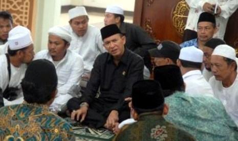 Menteri Agama, Suryadarma Ali, saat menyaksikan pengikut aliran sesat Ahmadiyah berikrar masuk Islam