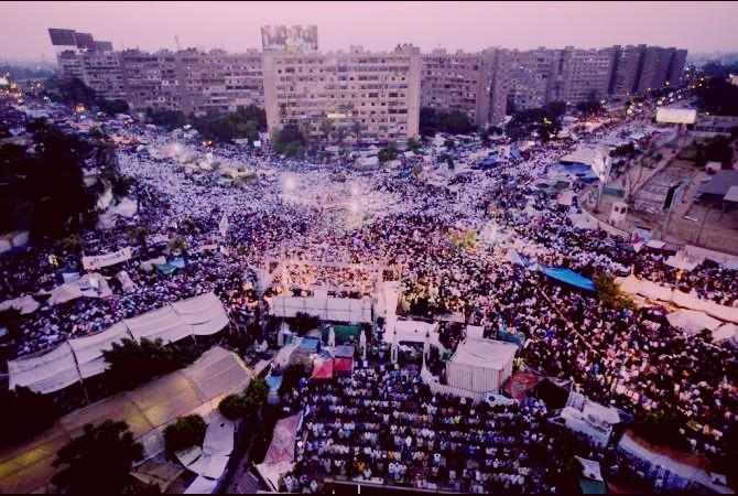 Rabi'ah Al-Adawia Square, Mesir, tempat berkumpulnya puluhan ribu demonstran pendukung Presiden Muhammad Mursi