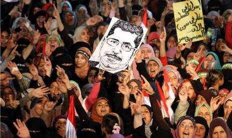 Puluhan ribu demonstran Ikhwanul Muslimin menggelar aksi demonstrasi menentang penggulingan Presiden Muhammad Mursi di halaman Masjid Rabia Al Adawiya, Kairo, Mesir.