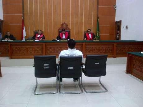 Freddy Budiman, Pemilik 1,4 juta pil ekstasi, saat mendengarkan vonis mati yang sedang dibacakan oleh Majelis Hakim