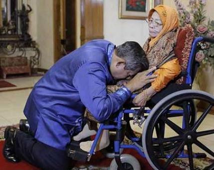 Sungkem Presiden SBY pada Ibunda Hj Siti Habibah