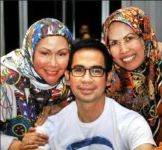 Dari kiri: Ratu Atut Chosiyah (Gubernur Banten), Tubagus Chaeri Wardhana (Ketua KADIN Banten, adik Ratu Atut), dan Ratu Tatu Chasanah (Wabub Serang, adik Ratu Atut)