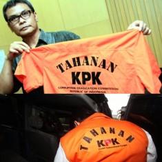 Foto Atas: Juru Bicara KPK, Johan Budi saat memperlihatkan baju tahanan KPK. Foto bawah: Seorang koruptor tahanan KPK tampak memakai baju tahanan KPK.