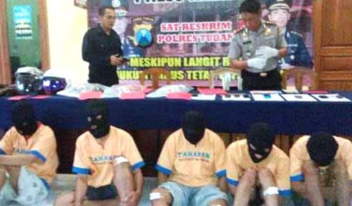 Calon Anggota DPR, Indra Kusumah, diantara kawanan perampok lainnya yang dibekuk polisi.