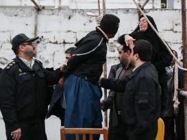 Samereh Alinejad (kanan), Selasa 15 April 2014, menampar Bilal pada detik-detik pelaksanaan hukuman gantung.