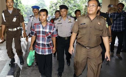 Hendra Saputra saat ditangkap Kejaksaan Tinggi DKI Jakarta di halaman Kejaksaan Tinggi, Kuningan, Jakarta Selatan.