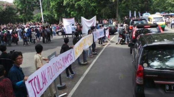 Mahasiswa ITB Bandung melakukan aksi demontrasi menolak kedatangan Jokowi, Kamis 17 April 2014. (foto: tribunnews.com)
