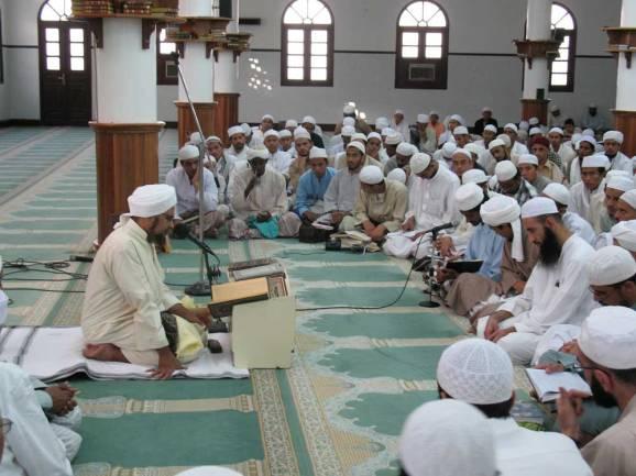 Al-Habib Umar bin Hafizd bersama murid-muridnya di Hadhrah Maut - Yaman Selatan.