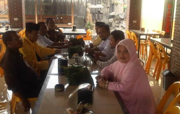"Para petinggi parpol Koalisi Merah Putih Kabupaten Bireuen di sebuah warung kopi ""Cafe Bireuen Parte""."