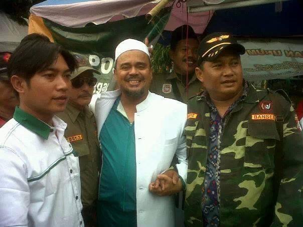 Imam Besar Front Pembela Islam (FPI), Habib Rizieq Syahab dan Barisan Ansor Serbaguna (Banser), saat bersama membantu korban banjir Jakarta 2013.