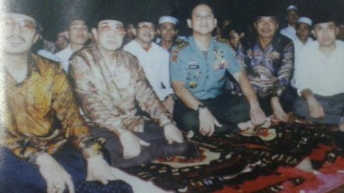 Prabowo Subianto saat menjabat Danjen Kopassus melaksanakan Buka Puasa Bersama ulama dan tokoh-tokoh Islam, Jumat 23 Januari 1998 di Mako Kopassus Cijantung, Jakarta Timur (foto: Repro Media Dakwah)