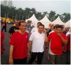 Jokowi dan Michael Bimo Putranto (tengah berkaos putih)