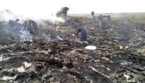 Petugas memeriksa puing-puing pesawat Malaysia Airlines MH17 yang jatuh di wilayah Ukraina, 17 Juli 2014.