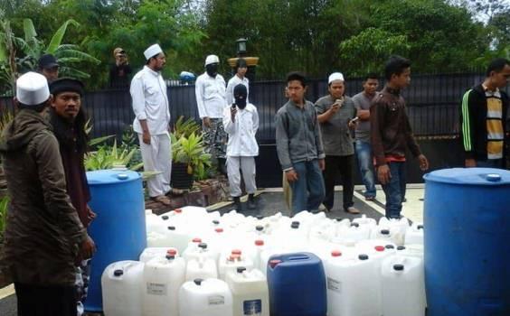 Barang bukti miras oplosan yang disita laskar FPI di Bandung