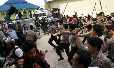Polisi memukul mundur mahasiswa pengunjuk rasa dan mengejarnya hingga masuk Mushalla (Foto: Antara)